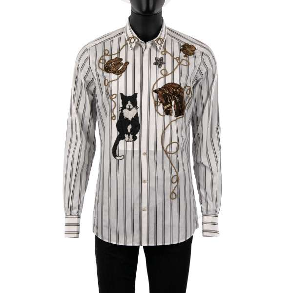 Gestreiftes Tuxedo Hemd mit kurzem Kragen, verdeckter Knopfleiste, von Hand besticktem Western Motiv mit Katze, Pferd und Hufeisen von DOLCE & GABBANA - GOLD Line
