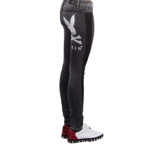 Jeggings Jeans mit großem Playboy Plein Logo aus Kristallen und besticktem PLEIN Schriftzug hinten und Metall-Logo vorne von PHILIPP PLEIN x PLAYBOY