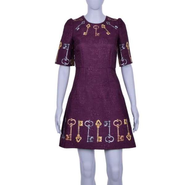 Kleid aus Jacquard mit goldenen und silbernen Schlüsseln Print in Bordeaux von DOLCE & GABBANA Black Label